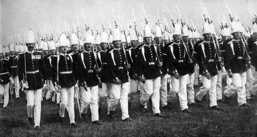 Parada w Berlinie. Niemieccy wojskowi hołubili w sercach powiedzenie Napoleona, że Prusy wykluły się z kuli armatniej. Powszechna była świadomość, że u podstaw potęgi Cesarstwa Niemieckiego legła siła i sprawność armii, wzmacnianej i unowocześnianej przez Ottona Bismarcka. Okres panowania cesarza Wilhelma II (wstąpił na tron w 1888 r.) był również czasem dalszej rozbudowy sił zbrojnych. Marzący o realizacji imperialnych celów Niemcy chętnie odwoływali się do historycznych tradycji. Mundury maszerujących na polach Tempelhof oddziałów gwardii nawiązywały do osiemnastowiecznych uniformów z czasów Fryderyka II.