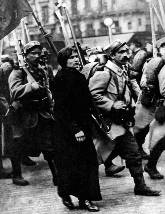 Francuzi maszerują na wschód. Wydłużony krok, wzrok wpatrzony w dal, pośpiech - szczegóły uwiecznione przez fotografa dobrze oddają nastrój pierwszych dni wojny we Francji. Wprawdzie i obywatele III Republiki ufali w potęgę swej ojczyzny, a zwłaszcza w skuteczność wzniesionego na wschodniej granicy systemu fortyfikacji, wszelako zastosowany przez Niemców manewr okrążający siły francuskie od północy mógł budzić uzasadniony niepokój. Ból i troska malujące się na twarzy pięknej Francuzki stanowią dopiero zapowiedź tego, co czekało Francuzów, Anglików, Niemców, Belgów, Rosjan...