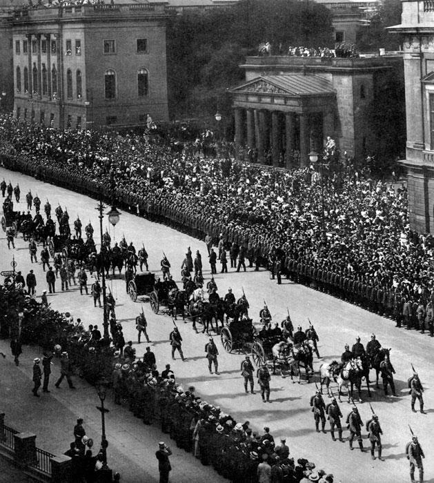 Triumfalna parada na Unter den Linden we wrześniu 1914 r. Ofensywa niemiecka na Zachodzie w pierwszych tygodniach wojny nie przyniosła spodziewanego i upragnionego rozstrzygnięcia. Było to równoznaczne z koniecznością kontynuowania wojny daleko dłużej niż się spodziewano. Patriotyczne nastroje podsycało natomiast świetne zwycięstwo Paula von Hindenburga nad Rosjanami w Prusach Wschodnich w sierpniu 1914 r. Zdobyte nad mazurskimi jeziorami armaty zaprezentowano berlińczykom, których tysiące zebrały się by uczcić zwycięskich żołnierzy.