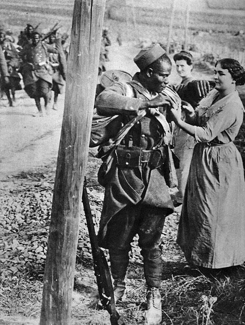 Afrykanin - żołnierz francuski na wiejskiej drodze latem 1914 r. Już w chwili wybuchu wojny ujawniła się podstawowa różnica w położeniu strategicznym Ententy i Niemiec. Niemcy, ujęte wraz z Austro-Węgrami niejako w kleszcze, odcięte zostały od swych posiadłości kolonialnych i ich zasobów - surowcowych i ludnościowych. Państwa Trójprzymierza natomiast, pomimo działań niemieckiej floty, korzystały obficie z zamorskich terytoriów. Od samego początku wojny w szeregach wojsk III Republiki maszerowali i ginęli jej afrykańscy poddani.