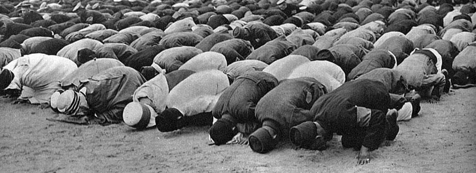 Muzułmanie z Północnej Afryki w niemieckim obozie jenieckim podczas modlitwy. Jeszcze jeden, upowszechniany przez niemiecką propagandę, przykład zaangażowania 'półdzikich pogan' do walki z niemiecką Kultur. Budowniczowie nowego świata musieli walczyć nie tylko przeciwko innym rasom, ale i przeciwko obcym europejskiej cywilizacji religiom.
