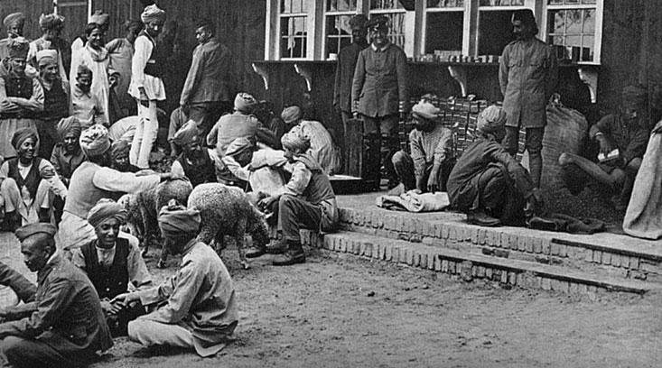 Gurkhowie. Pochodzące, podobnie jak Sikhowie, z Indii oddziały Gurkhów przedstawiane były przez niemiecką propagandę jako wyjątkowo okrutne i nieludzkie. Prasa Rzeszy donosiła, iż hinduscy żołnierze armii brytyjskiej przekradają się nocami przez pas ziemi niczyjej do niemieckich okopów i raczą się krwią spływającą z poderżniętych gardeł niemieckich żołnierzy. Wszystkie te absurdalne opisy miały pogłębić w świadomości poddanych Wilhelma II poczucie cywilizacyjnej misji, jakie towarzyszyło im w chwili rozpoczęcia wojny.