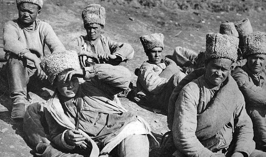 Pojmani Czerkiesi. W szeregach wojsk rosyjskich znaleźli się również przedstawiciele ludów kaukaskich. Wywodzący się z obcego kręgu kulturowego, nie znający nawet rosyjskiego, nie rozumieli roli, jaką przeznaczał im car. W Rosji nigdy nie liczono się z krwią żołnierską i największe nawet ofiary przyjmowano ze stoickim spokojem. Los azjatyckich poddanych Mikołaja II, ginących lub cierpiących długą, uciążliwą niewolę był podobnie tragiczny, jak los Murzynów i Hindusów w armiach francuskiej i angielskiej. 'Wielka wojna białych ludzi' angażowała inne rasy, niczego im w zamian nie dając.