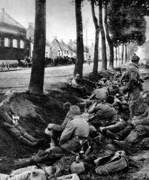 Odpoczynek żołnierzy niemieckich maszerujących na Paryż w sierpniu 1914 roku. Po opanowaniu Belgii armie niemieckie odniosły znaczne sukcesy w szeregu bitew stoczonych z wojskami francuskimi i Brytyjskimi Siłami Ekspedycyjnymi (BEF) na granicy francusko-belgijskiej. Osiągnięta przewaga umożliwiła żołnierzom cesarza Wilhelma kontynuowanie pochodu na zachód, by zgodnie z planem Schlieffena oskrzydlić stolicę Francji od północnego zachodu.