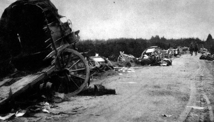 Rozbite francuskie tabory na drodze pochodu wojsk niemieckich. Miejsce podjęcia przez Niemców strategicznej ofensywy na północnej granicy Francji kompletnie zaskoczyło Francuzów. Z trudem usiłowali oni powstrzymywać marsz napastników. Głównodowodzący siłami III Republiki generał Jacques Joffre, aby nie dopuścić do całkowitego rozbicia podległych sobie sił, zarządził ich odwrót ku rzece Marnie. Dawało to Niem-com możliwość szybkiego posuwania się w głąb Francji. Kierujący operacjami niemieckimi generał Helmuth von Moltke (młodszy) nie dostrzegał jednak niebezpieczeństwa wynikającego ze zbytniego rozciągnięcia swych armii, słabą łącznością pomiędzy nimi i zmęczeniem dotychczasowym pościgiem.