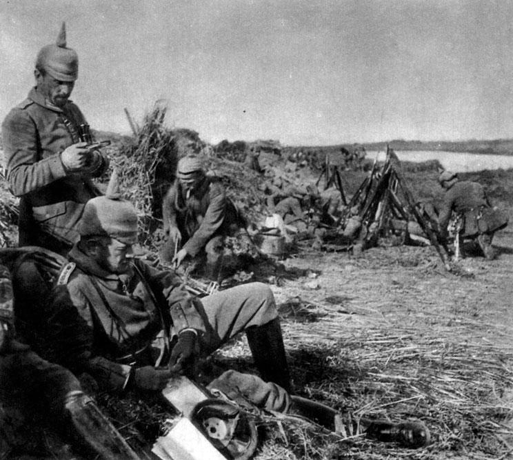 Niemiecki oficer studiuje mapę podczas odwrotu znad Marny. Rezygnacja z kontynuowania natarcia na północ od Paryża była poważnym błędem niemieckiego dowództwa. Drugim, równie doniosłym, było odesłanie z Frontu Zachodniego dwóch korpusów z pomocą dla poważnie, jak się zdawało, zagrożonych przez Rosjan Prus Wschodnich. Okoliczności te umożliwiły generałowi Joffre przeprowadzenie, na całej 240 kilometrowej szerokości frontu, ofensywy. Przeszła ona do historii jako bitwa nad Marną. Joffre twierdził, że od jej przebiegu zależał los Francji. W rzeczywistości zadecydowała ona o przebiegu Wielkiej Wojny. W dniach 6 - 12 września 1914 roku zmierzyły się ze sobą siły francusko-brytyjskie i niemieckie. Alianckie oddziały dowożone były na front zarekwirowanymi paryskimi taksówkami. Impet natarcia sprzymierzonych rozciął na dwoje siły niemieckie, które - zagrożone okrążeniem i rozbiciem - rozpoczęły odwrót. Oznaczało to ciężką porażkę. Jej efektem była zmiana szefa sztabu - von Moltkego zastąpił generał Erich von Falkenhayn. Klęska Niemców nie była jednak całkowita. Zdołali oni z powodzeniem stawić czoła aliantom w tak zwanym 'wyścigu do morza', w którym obie strony usiłowały okrążyć od północy przeciwnika. W rezultacie ścierające się ze sobą armie osiągnęły wybrzeże Morza Północnego. W ten sposób ustabilizowana została na zachodzie linia frontu - od plaż Belgii po granicę Szwajcarii.