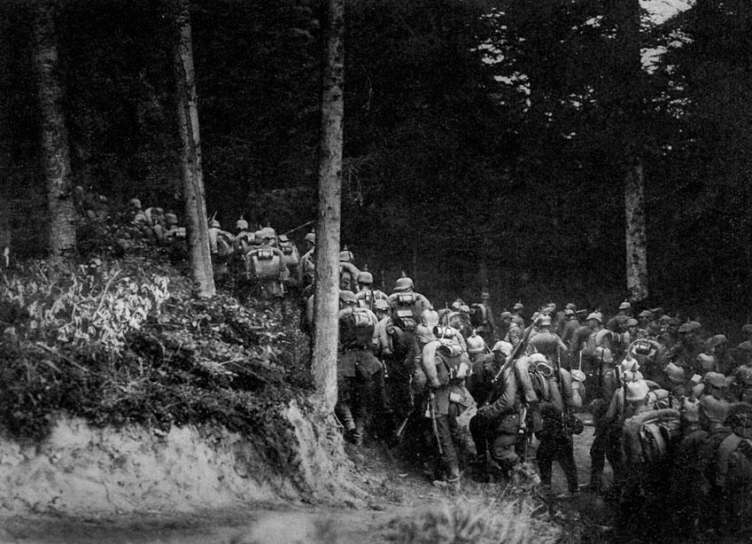 Odziały niemieckie w forsownym marszu, gdzieś w mazurskich lasach latem 1914 roku... Nadzwyczaj śmiałe plany dowództwa rosyjskiego zakładały podjęcie w początkowym okresie wojny równocześnie w dwóch kierunkach - poprzez Prusy ku Berlinowi i przez tereny Galicji ku Wiedniowi i Bałkanom. Niezbędnym warunkiem skuteczności tych przedsięwzięć było jednak przeprowadzenie pełnej mobilizacji i koncentracja odpowiednich sił. Tymczasem Rosjanie, pod naciskiem atakowanych na Zachodzie aliantów, rozpoczęli natarcie w Prusach Wschodnich już 17 sierpnia 1914 roku. Było ono prowadzone siłami dwóch armii - Pierwszą, na północy, dowodził generał Paweł von Rennenkampf, zaś Drugą, na południu - generał Aleksander Samsonow. W ciągu pierwszych dni walk siły Rennenkamfa odniosły znaczne sukcesy, staczając zwycięską bitwę pod Gąbinem i maszerując na zachód. Wywołało to popłoch w niemieckim dowództwie, które nawet zamierzało opuścić Prusy i wycofać się za Wisłę. Do Prus ściągano posiłki z Frontu Zachodniego. Na czele stawiających czoła Rosjanom wojsk postawiono generała Paula von Hindenburga, jego szefem sztabu został Erich Ludendorff. Położenie Niemców, z początku groźne, zmieniło się, gdy Pierwsza armia rosyjska zatrzymała się, szykując się do uderzenia na Królewiec.