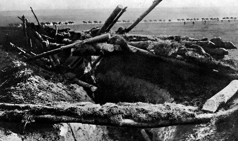 Zniszczone rosyjskie okopy i kawaleria niemiecka w marszu podczas ofensywy latem 1915 roku. Już zimą - w styczniu i lutym 1915 roku - wojska państw centralnych podjęły próby ofensyw na Froncie Wschodnim. W Karpatach miały one wyprzeć Rosjan z Galicji i oswobodzić oblegany przez nich Przemyśl, w Prusach Wschodnich celem było okrążenie i zniszczenie znajdujących się tam sił rosyjskich. Mimo początkowych sukcesów, niemiecka ofensywa na północy została w marcu powstrzymana przez rosyjskie kontruderzenie. Również w Karpatach armie carskie odparły natarcie austro-węgierskie, a nawet zajęły Przemyśl. Straty obu stron były gigantyczne. Mimo to państwa centralne zadecydowały o kontynuowaniu działań zaczepnych przeciwko Rosja-nom. W maju rozpoczęła się w Galicji, pod Gorlicami, wielka operacja dowodzona przez generała Augusta von Mackensena. Doprowadziła ona do zdobycia Lwowa i odrzucenia Rosjan daleko na wschód - w okolice Czerniowiec i Tarnopola.