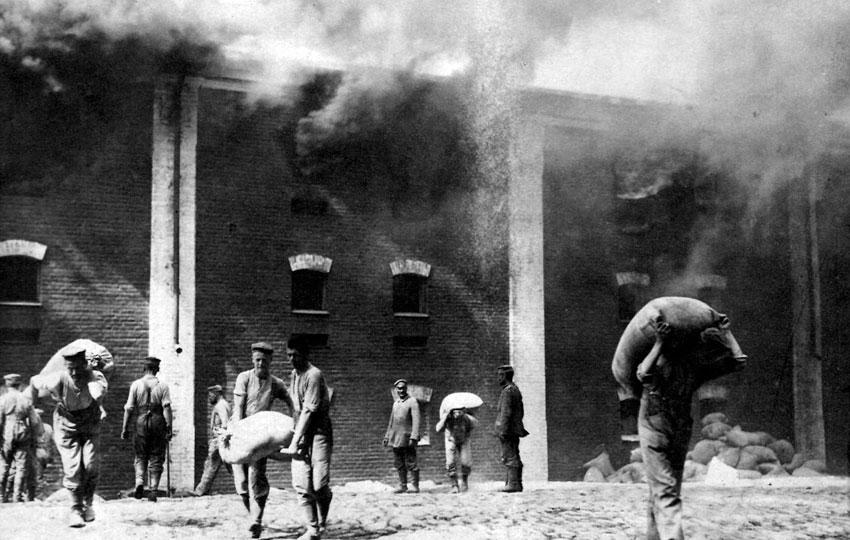 Nazajutrz po zdobyciu Brześcia Litewskiego - żołnierze niemieccy wynoszą zapasy żywności z płonącej twierdzy. Podobnie pomyślne rezultaty jak w Galicji, przyniosła ofensywa państw centralnych w środkowej i północnej części Frontu Wschodniego. Od maja Niemcy prowadzili działania w krajach nadbałtyckich, gdzie osiągnęli w lipcu Dźwinę i Dyneburg. W czerwcu rozpoczęło się wielkie natarcie, którego celem było okrążenie od północy i południa wojsk rosyjskich w Królestwie Polskim i zdobycie twierdzy w Brześciu. Armie carskie w panice wycofywały się na wschód. 5 sierpnia Niemcy wkroczyli do Warszawy. 26 sierpnia zdobyli Brześć. Do końca września państwa centralne osiągnęły linię od Dyneburga przez Pińsk do Czerniowiec. Na niej właśnie ustabilizował się front jesienią 1915 roku.