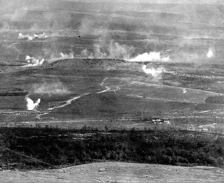 Artyleryjski ostrzał fortu Douaumont podczas niemieckiej ofensywy pod Verdun w 1916 roku. Po opanowaniu rozległych terenów Europy Środkowej w 1915 roku, Niemcy zamierzali ponownie zintensyfikować działania na froncie Zachodnim. Na miejsce potężnego uderzenia wybrano wysunięty ku zachodowi rejon wokół leżącego nad Mozą miasta Verdun. Francuzi, zwiedzeni spokojem panującym na tym odcinku frontu, kilka miesięcy wcześniej znacznie uszczuplili stacjonujące tam siły. Szef sztabu armii niemieckiej - generał Falkenhayn miał nadzieję, że zdobywając Verdun zada Francuzom ciężkie straty, otworzy drogę na Paryż i poprawi nastroje morale wojska. Do ofensywy przygotowano się nad wyraz starannie. Zgromadzono ogromne ilości piechoty, wspomaganej przez lotnictwo i balony. Zasadnicza rola miała jednak przypaść artylerii. Pod Verdun Niemcy ściągnęli 1225 dział i 152 moździerze, zgromadzili 2,5 miliona pocisków! Natarcie rozpoczęło się rankiem 21 lutego 1916 roku huraganowym, dziewięciogodzinnym ostrzałem artyleryjskim.