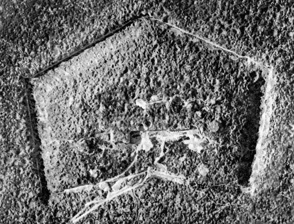 Fort Douaumont latem 1916 roku. Fotografia pokazuje straszne skutki ostrzału artyleryjskiego twierdzy, która w toku walk przechodziła z rąk do rąk. Działania wokół Verdun straciły swe strategiczne znaczenie, gdy w czerwcu 1916 roku alianci podjęli ofensywę nad Sommą. Zmusiła ona Niemców do przerwania ataków na francuskie fortyfikacje nad Mozą. Ostatecznie z rejonu Verdun zostali oni wyparci pomiędzy październikiem a grudniem 1916 roku. Bitwa, jedna z najbardziej krwawych w dziejach, nie przyniosła pożądanego przez dowództwo niemieckie rozstrzygnięcia. Wielomiesięczne zmagania określane są przez historyków wojskowości jako 'bitwa materiałowa', bądź też 'bitwa na wyniszczenie'. W istocie jej żniwo było okrutne. Po obu stronach śmierć poniosło około miliona żołnierzy. Dla Niemiec był to cios trudny do zniesienia. Zadecydował on o odebraniu szefostwa sztabu generałowi Falkenhaynowi i powierzeniu go feldmarszałkowi Paulowi von Hidenburgowi.