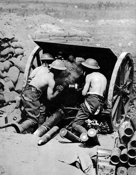 Angielska haubica ostrzeliwuje pozycje niemieckie podczas bitwy nad Sommą latem 1916 roku. Generał Joseph Joffre nie dał się w pełni wciągnąć w wyniszczające walki pod Verdun i zadecydował o przeprowadzeniu, zaplanowanej wcześniej, ofensywy w północnej części frontu. W natarciu wziąć miały udział zarówno jednostki francuskie, jak i angielskie. Alianci ogromną wagę przywiązali do starannego przygotowania artyleryjskiego. Artyleria, według słów Joffre'a miała teren zdobyć, piechota - zająć. Ostrzał pozycji niemieckich nad Sommą rozpoczął się 24 czerwca 1916 roku i trwał siedem dni.