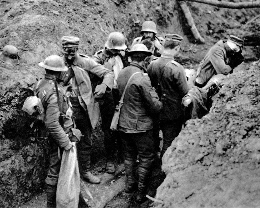 Żołnierze kanadyjscy w zajętych okopach niemieckich podczas walk nad Sommą. Piechota aliancka ruszyła do ataku na pozycje niemieckie 1 lipca 1916 roku. W ciągu pierwszych dni natarcia zdołano odrzucić Niemców zaledwie o kilka kilometrów. Mimo jednoczesnego zaangażowania pod Verdun i konieczności stawienia czoła ofensywie generała Brusiłowa na Wschodzie, Niemcy utrzymali swe pozycje. Rozpoczęła się wyniszczająca wojna pozycyjna. Impasu nie przełamało nawet zastosowanie przez Anglików nowych typów broni: czołgu i działa kolejowego o kalibrze 400 mm.
