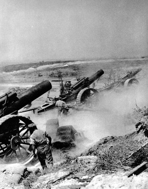 Brytyjscy artylerzyści w walce latem 1916 roku. Alianci podejmowali próby natarcia nad Sommą przez cały lipiec, sierpień i wrzesień. Walki zamarły dopiero z początkiem października. Wielotygodniowe zmagania przyniosły przesunięcie linii frontu o około 10 km na zachód na odcinku o szerokości zaledwie 35 km. Podczas ofensywy nad Sommą śmierć poniosło około 1 300 tys. żołnierzy. Niemcy utracili około 500 tys. zabitych. Wraz z ofiarami walk pod Verdun były to dla Rzeszy straty niepowetowane, w zasadzie niemożliwe do uzupełnienia. Dowództwo alianckie, mimo niezrealizowania celów strategicznych operacji i ogromnych ofiar, mogło więc mieć powody do zadowolenia.