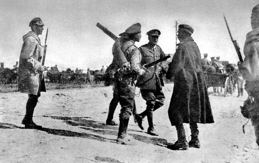 Początek 1917 roku - oficer rosyjski i angielski próbują powstrzymać odwrót carskich oddziałów. Zgodnie z przyjętymi na siebie zobowiązaniami sojuszniczymi, latem 1916 roku Rosjanie przeprowadzili w południowej części Frontu Wschodniego udane natarcie, które poważnie zagroziło Austro-Węgrom (tzw. ofensywa generała Brusiłowa). Kolejne uderzenia odciążające Front Zachodni mieli Rosjanie podjąć na początku roku 1917. Napotkali jednak na opór wojsk państw centralnych, które wkrótce - w styczniu 1917 roku - przeszły do natarcia. Pogłębiło ono narastający od miesięcy rozkład armii i państwa rosyjskiego. Żołnierze odmawiali walki, mnożyły się dezercje. W marcu wybuchła w Petersburgu rewolucja, 15 marca car Mikołaj II abdykował. Władze przejął Rząd Tymczasowy. Rosja pogrążyła się w anarchii.