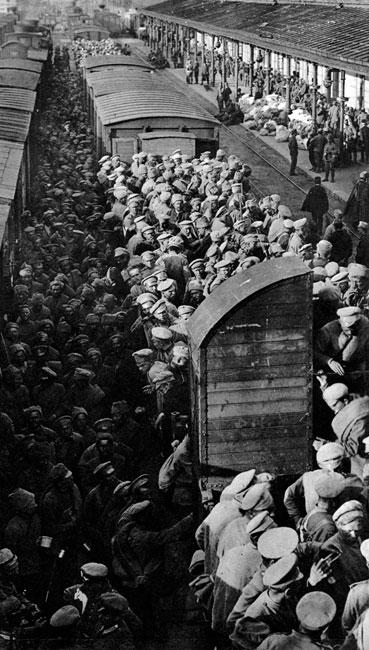 Lato 1917 roku - kolejne dziesiątki tysięcy rosyjskich jeńców w niemieckiej niewoli. Wykorzystując rozkład w armii rosyjskiej państwa centralne podjęły marsz w głąb Rosji. Rosjanie, którzy nie zdołali ujść na wschód oddawali się do niewoli, nie stawiając większego oporu. Ostateczny cios rosyjskiej machinie wojennej zadał jednak pucz, przeprowadzony w Petersburgu w nocy z 6 na 7 listopada przez bolszewików. Doprowadził on do obalenia Rządu Tymczasowego i oddania władzy w ręce Rady Komisarzy Ludowych. Stający na jej czele Włodzimierz Lenin wspierany był przez Niemców. Liczyli oni, że nowy dyktator - dążąc do wzmocnienia swej władzy w imperium - zawrze z państwami centralnymi pokój. Lenin nie zawiódł pokładanych w nim nadziei. Już 15 grudnia 1917 roku podpisany został niemiecko-rosyjski rozejm. Przypieczętował go pokój w Brześciu Litewskim z 3 marca 1918 roku. Oddawał on państwom centralnym kontrolę nad obszarami Europy Wschodniej aż po linię wiodącą od Zatoki Ryskiej po wschodnie wybrzeża Morza Azowskiego. Dla Niemiec oznaczało to możność skoncentrowania całego wysiłku no Froncie Zachodnim. Dla Rosji - początek totalitarnej dyktatury.