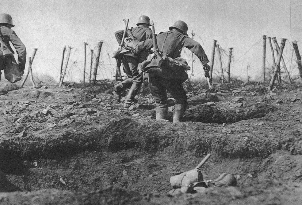 Wiosna 1918 roku żołnierze niemieccy z granatami w dłoniach podczas natarcia na alianckie pozycje. Sukcesy w walkach na wschodzie obudziły w dowództwie niemieckim nadzieję na przeprowadzenie skutecznego natarcia przeciwko sprzymierzonym na zachodzie. Celem operacji miało być dotarcie do Kanału La Manche, złamanie armii angielskiej i wyeliminowanie Wielkiej Brytanii z wojny. Ofensywa pod kryptonimem 'Michael' rozpoczęła się 21 marca 1918 roku w Pikardii w rejonie miasta Saint Quentin. Początkowo atakujący osiągali znaczne sukcesy, posuwając się aż o 65 km w głąb pozycji alianckich i to na odcinku szerokości 80 km.