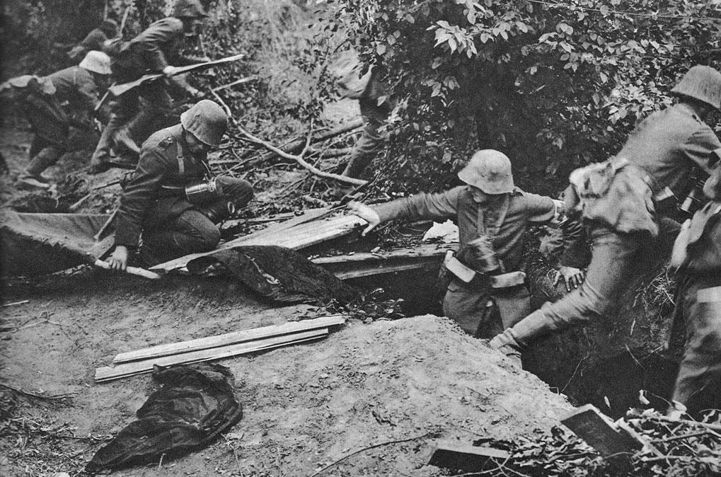 Niemieccy sanitariusze podczas walk w Pikardii w 1918 roku. Niemieckie natarcie po kilkunastu dniach wyraźnie osłabło, a atakujący ponosili coraz dotkliwsze straty. Stało się tak głównie za sprawą sprawnego manewrowania siłami odwodowymi przez nowego (od 26 marca 1918 r.) głównodowodzącego siłami alianckimi - generała Ferdynanda Focha. Zmusił on Niemców do przerwania operacji 'Michael', która kosztowała Niemców 240 tys. żołnierzy. Alianci utracili w tym czasie 250 tys., jednak straty swe mogli uzupełnić posiłkami przybywającymi ze Stanów Zjednoczonych.