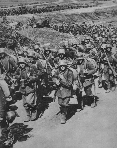 Odziały niemieckie w drodze na front. Klęska natarcia w Pikardii nie odwiodła dowództwa niemieckiego od podjęcia kolejnej operacji (kryptonim 'George'), tym razem na północy - we Flandrii. Rozbita została jedna z armii brytyjskich, zdobyte miasto Armentieres i góra Kemmel. I znów, dzięki śmiałym działaniom generała Focha, natarcie niemieckie zostaje powstrzymane. Alianci obronili Ypres i nie pozwolili przebić się Niemcom do morza.