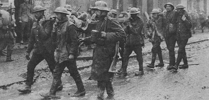 Jeńcy angielscy wzięci do niewoli pod Saint Quentin. Spośród wszystkich niemieckich ofensyw wiosną 1918 roku największe sukcesy przyniosła operacja podjęta z rejonu Saint Quentin i Reims. Zaplanowana pierwotnie jako działanie pomocnicze, napotkała jednak na przełomie maja i czerwca na słaby opór aliantów, toteż rychło została wzmocniona w nadziei, że doprowadzi wojska niemieckie do Marny i zagrozi Paryżowi. W istocie Niemcom udało wedrzeć się na głębokość 60 km i zająć miejscowości Chemin des Dames, Soissons oraz zbliżyć się do Marny. Jednak i tu, wielkim wysiłkiem aliantów, natarcie zostało powstrzymane.