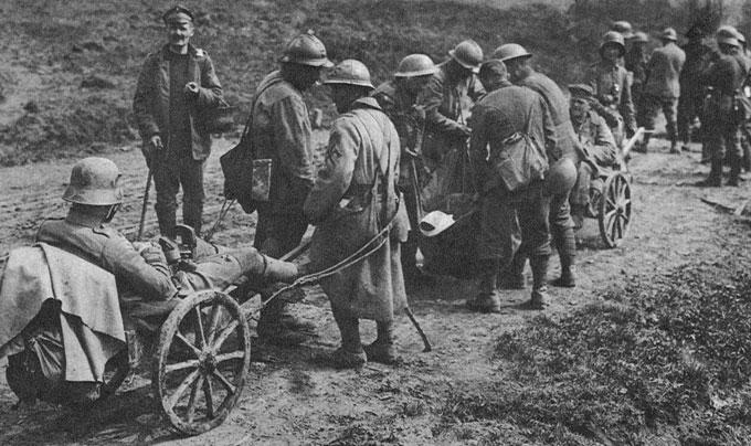 Jeńcy alianccy ciągnący wózki z żołnierzami niemieckimi. Latem 1918 roku Niemcy podjęli jeszcze jedną próbę rzucenia na kolana swych przeciwników. Wynikało to z przeświadczenia, że bieg wojny jest w stanie odmienić wielka, decydująca 'bitwa o pokój'. Przedstawione zdjęcie oddaje nastrój optymizmu i poczucia wyższości wobec wrogów. A jednak i podjęte w połowie lipca w Szampanii, w okolicach Reims załamało się już po kilku dniach, napotykając na wielką ofensywę francuską pod Soissons, w której masowo zastosowano czołgi. Oznaczało to kres desperackich ataków niemieckich. Nie przyniosły one żadnych korzyści, a kosztowały życie blisko miliona żołnierzy.