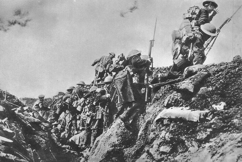 Żołnierze angielscy w natarciu latem 1918 roku. Wykorzystując ogromną przewagę w ludziach i sprzęcie, naczelne dowództwo alianckie podjęło latem 1918 roku wielką ofensywę na Froncie Zachodnim, mającą doprowadzić do ostatecznego złamania Niemiec. 8 sierpnia Francuzi i Brytyjczycy rozpoczęli natarcie nad Sommą. W ciągu czterech dni posunięto się o 60 km.