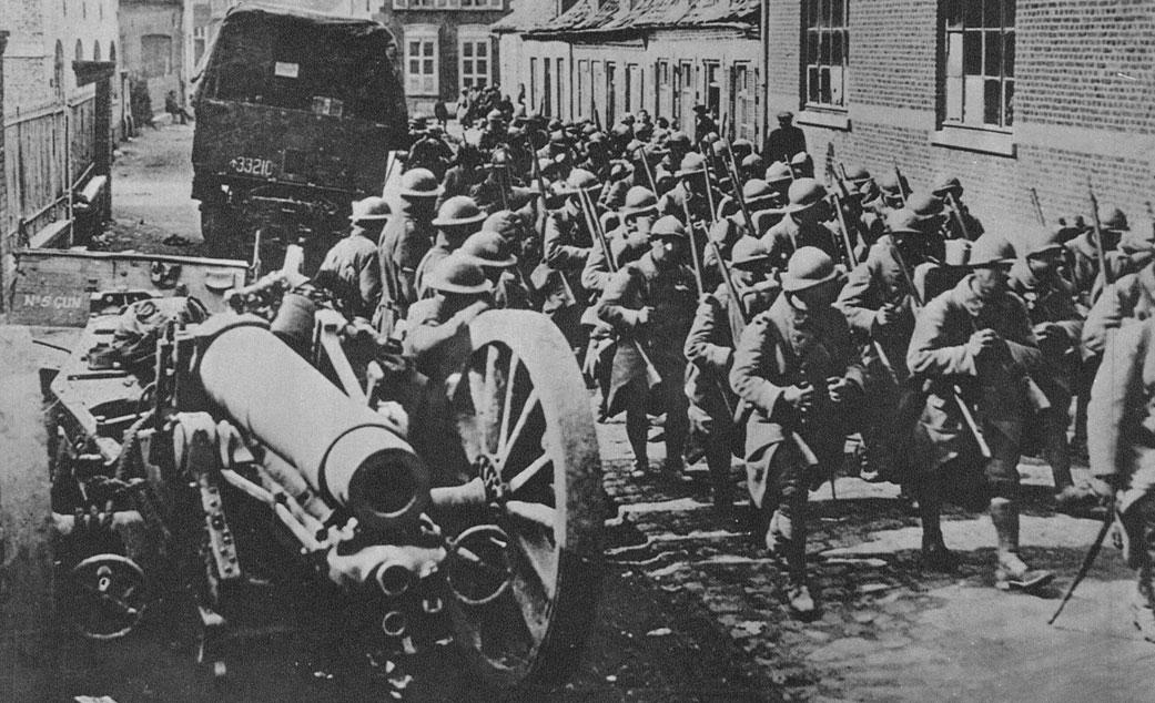 Angielska artyleria i francuska piechota w pośpiesznym marszu na front. Sukcesy sprzymierzonych były oszałamiające. We wrześniu i październiku 1918 roku systematycznie przełamywali oni kolejne umocnione rubieże niemieckie. Pod naciskiem wojsk francuskich, angielskich i amerykańskich Niemcy zmuszeni byli stopniowo wycofywać się z zajętych wcześniej pozycji na terenie północnej Francji i zachodniej Belgii.