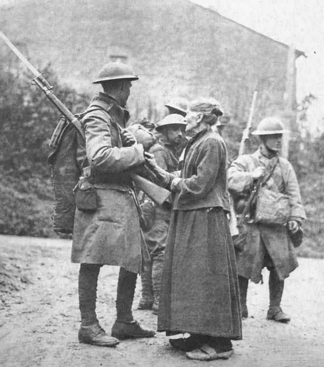 Żołnierze amerykańscy w Ardenach. Trudna do przecenienia jest rola, jaką w ostatecznym zwycięstwie nad Niemcami odegrały Stany Zjednoczone. Nie tylko dostarczały swym sojusznikom uzbrojenia i sprzętu, ale przede wszystkim zasiliły wykrwawione szeregi aliantów przeszło milionowym korpusem ekspedycyjnym. Siły dowodzone przez generała Johna Pershinga latem 1918 roku obsadziły odcinek frontu w pobliżu Verdun, skąd podjęły ofensywę nad Mozą i zbliżyły się w rejon Ardenów.