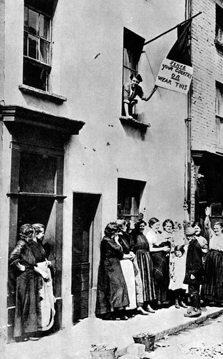 Werbunek ochotników w Wielkiej Brytanii. Przed wybuchem Pierwszej Wojny Światowej Anglików nie obowiązywała powszechna służba wojskowa. Siły stałej armii zawodowej były jednak zbyt szczupłe, by skutecznie uczestniczyć w działaniach wojennych. Brytyjski minister wojny Horatio Herbert Kitchener wezwał mężczyzn do ochotniczego zgłaszania się do wojska. W pierwszych dniach sierpnia rozkolportowano w Anglii plakat, z którego Kitchener wołał do każdego Anglika: