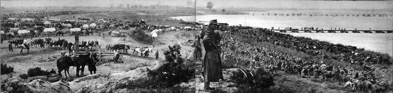 Oddziały niemieckie i austro-węgierskie podczas forsowania Dunaju w październiku 1915 roku. Bałkany, wedle powszechnych wyobrażeń, były źródłem Wielkiej Wojny. Obszar ten znalazł się w ogniu walk już w lipcu 1914 roku. Austro-węgierska ofensywa podjęta przeciwko Serbii z terenów Bośni doprowadziła do opanowania Belgradu. Wkrótce jednak wojska serbskie przeszły do kontrnatarcia i odzyskały swą stolicę. Sytuacja Serbii zmieniła się radykalnie w drugiej połowie 1915 roku. Sukces państw centralnych w operacjach na Froncie Wschodnim umożliwił im skoncentrowanie wysiłku na Froncie Bałkańskim. 7 października wojska cesarzy Wilhelma i Franciszka Józefa sforsowały Sawę i Dunaj, wdzierając się na teren Serbii. 9 października padł Bel-grad. Postępy najeźdźców skłoniły Bułgarię do wystąpienia 14 października 1915 roku przeciwko Entencie. Armia cara Ferdynanda zaatakowała Serbię od wschodu. Wzięte w kleszcze wojska serbskie, licząc na odsiecz alianckiego korpusu ekspedycyjnego z rejonu Salonik, skoncentrowały się na Kosowym Polu. Osamotnione, pozbawione sojuszniczej pomocy poniosły jednak w listopadzie 1915 roku ciężką klęskę i zostały zmuszone do wycofania się na teren Albanii.