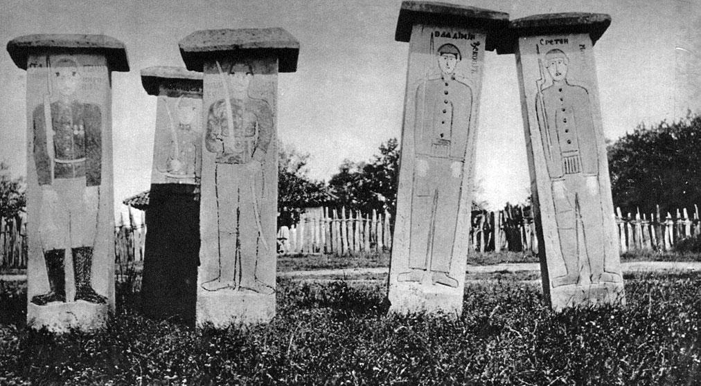 Symboliczne mogiły upamiętniające poległych serbskich żołnierzy. W toku kampanii 1915 roku wojska serbskie poniosły bardzo ciężkie straty. Spośród biorących udział w walce 340 tys. żołnierzy śmierć poniosło ponad 90 tys. Najgorsze dla walecznego narodu było jednak to, że wielki wysiłek poszedł na marne. Cały kraj dostał się pod obcą okupację.