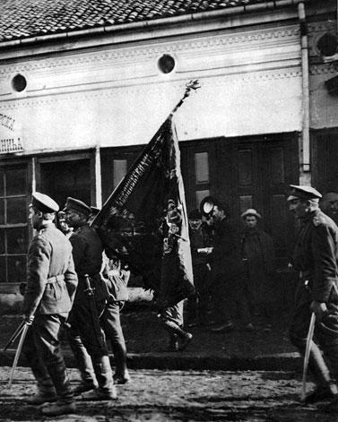 Zwycięskie odziały bułgarskie podczas defilady. Pozyskanie Bułgarii było sporym sukcesem państw centralnych. Zaofiarowały one nowemu sojusznikowi prawo zawładnięcia serbską częścią Macedonii i ustępstwa terytorialne ze strony Turcji. W rewanżu armia bułgarska nie tylko wystąpiła przeciwko Serbii, ale i szachowała alianckie siły ekspedycyjne koło Salonik, niemrawo próbujące udzielić wsparcia armii króla Piotra I. Co ważniejsze, po pokonaniu Serbii i przystąpieniu do wojny Bułgarii Niemcy i Austro-Węgry kontrolowały linie komunikacyjne prowadzące do Turcji i na Bliski Wschód, gdzie toczyły się ciężkie walki przeciwko Anglikom.
