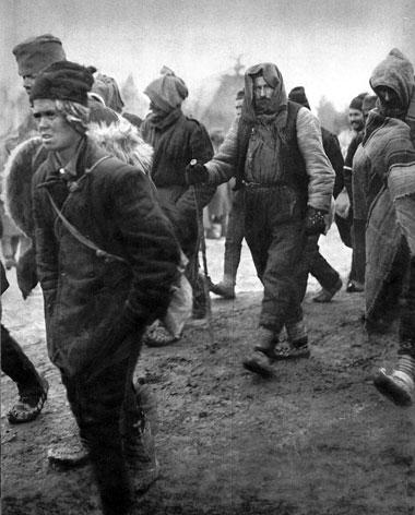 Jeńcy serbscy. Państwa centralne wzięły do niewoli około 170 tys. serbskich żołnierzy. Resztki pokonanej armii przy pomocy sprzymierzonych ewakuowane zostały na wyspę Korfu, gdzie rozpoczęto reorganizację i odbudowę serbskiego wojska. Nowo sformowane jednostki wprowadzano do działań pod Salonikami, gdzie odznaczyły się w późniejszym okresie wojny.