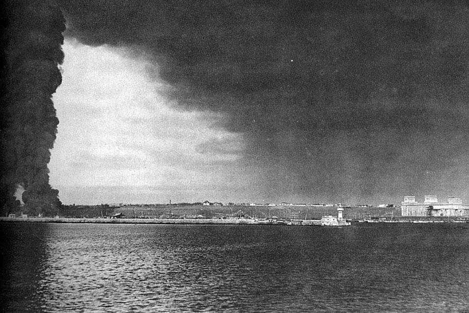 Płonące cysterny w rumuńskim porcie Constanca. W roku 1917 państwa centralne kontynuowały błyskotliwe ofensywy przeciwko armii rumuńskiej. Jej pokonanie ułatwiła rewolucja w Rosji, uniemożliwiająca udzie-lenie pomocy walczącym Rumunom. Korzyści z tej sytuacji dla Niemiec i Austro-Węgier były bardzo znaczące. Do końca 1917 roku opanowały one bogate złoża ropy naftowej w Mołdawii i Wołoszczyźnie, miały też do swej dyspozycji ogromne połacie żyznych, pszenicznych gleb. Klęskę Rumunii przypieczętował rozejm, który podpisała 10 grudnia 1917 roku.