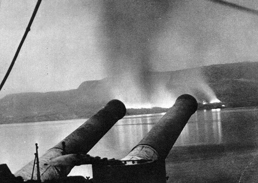 Desant aliantów pod na półwyspie Gallipoli w kwietniu 1915 roku. Jednym z najważniejszych celów strategicznych Ententy było opanowanie cieśnin czarnomorskich. Pozostawały one pod kontrolą Turcji, która już 29 października 1914 roku przystąpiła do wojny po stronie państw centralnych. Swobodna żegluga przez Bosfor i Dardanele zapewniałaby bezpośrednią łączność z Rosją. Pozwalałaby na dostarczanie jej sprzętu wojskowego i zaopatrywanie się państw zachodnich w rosyjskie zboże. Zdobycie cieśnin odcięłoby Niemcy i Austro-Węgry od Bliskiego Wschodu i poprawiło sytuację Anglików w tym rejonie. Wzmocniłoby również położenie aliantów na Bałkanach. Stawka w boju o przesmyk wiodący na Morze Czarne była zatem niezmiernie wysoka. A jednak długo Anglicy i Francuzi nie potrafili zdobyć się na zdecydowane działania na tym froncie. Operacje prowadzone siłami floty od listopada 1914 do marca 1915 roku nie przyniosły pożądanych rezultatów. Ostrzał z morza nie złamał oporu Turków. Ostatecznie, w końcu kwietnia 1915 roku, na Gallipoli wysadzony został potężny korpus ekspedycyjny, dowodzony przez generała sir Iana Hamiltona. Pod jego komendą znajdowało się blisko 80 tys. ludzi - Anglików, Kanadyjczyków, Nowozelandczyków, Francuzów. Po ciężkich walkach opanowano skrawki lądu na południu półwyspu.