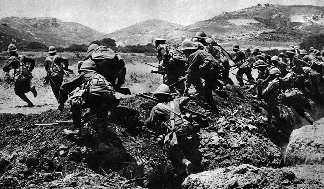 Alianci atakują pozycje tureckie na półwyspie Gallipoli. Po umocnieniu się na stałym lądzie sił desantowych, rozpoczęły się ciężkie walki pozycyjne. Alianci, mimo posiadania znacznie nowocześniejszego sprzętu, nie zdołali uzyskać przewagi. Nie pomagały nadchodzące wciąż posiłki. W sierpniu 1915 roku sprzymierzeni wylądowali w Zatoce Suwla, w środkowej części półwyspu. Jednak i ta próba pokonania Turków okazała się daremna.