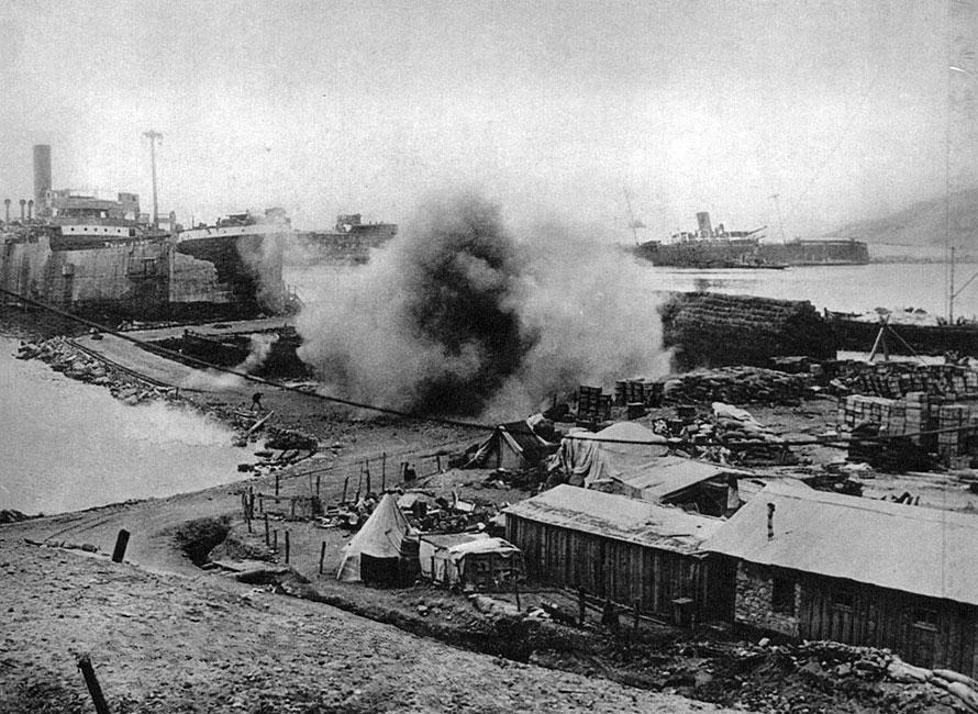 Odwrót z Gallipoli. Wobec fiaska operacji dardanelskiej, dowództwo brytyjskie postanowiło wycofać korpus ekspedycyjny. Na przełomie grudnia 1915 i stycznia 1916 roku, pod osłoną floty, przeprowadzono ewakuację. W toku walk o cieśniny alianci stracili prawie 36 tys. zabitych i 107 tys. rannych. Porażka była ciosem prestiżowym dla dowództwa brytyjskiego. Wywołała też napięcia w polityce wewnętrznej Wielkiej Brytanii.