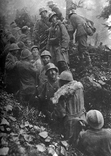 Żołnierze austriaccy w zdobytych włoskich okopach. Od czerwca 1915 do września 1917 roku armia włoska podjęła jedenaście desperackich ofensyw, które przeszły do historii jako 'bitwy nad Isonzo'. Za każdym razem napotykały one na zdecydowana obronę wojsk cesarsko-królewskiej monarchii, które odrzucały napastników, przechodząc do kontrnatarcia. Działania Włochów nie przynosiły niczego, oprócz ciężkich strat. Jeszcze gorzej wiodło im się w Tyrolu, gdzie Austriacy osiągnęli znaczne sukcesy w maju 1916 roku.