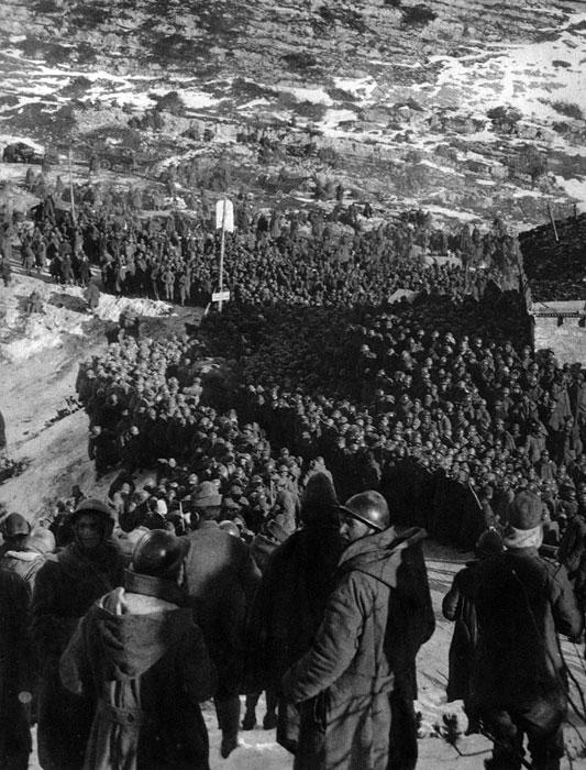 Tysiące włoskich jeńców w niewoli państw centralnych. Impet uderzenia z 24 października 1917 roku zaskoczył Włochów. Front przełamany został pod Caporetto. Ofensywa nabrała dodatkowego tempa po dotarciu na tereny nizinne. W końcu listopada atakujący dotarli do rzeki Piawa, niespełna 40 kilometrów od Wenecji. Do niewoli trafiło 300 tys. żołnierzy włoskich.