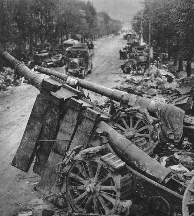 Szlak odwrotu armii włoskiej. Równie dotkliwe jak straty ludzkie były straty w sprzęcie, zapasach, uzbrojeniu. Panicznej ucieczce towarzyszyło łamanie dyscypliny, mnożyły się dezercje. Porażka ujawniła głęboki kryzys, toczący włoskie siły zbrojne. Z funkcji naczelnego wodza zwolniony został generał Luigi Cadorna, którego zastąpił generał Armando Diaz.