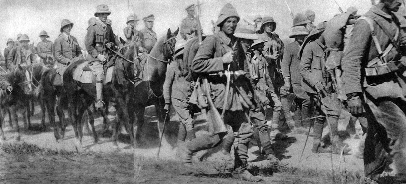 Oficerowie angielscy wzięci do niewoli pod Kut al-Amara, eskortowani przez żołnierzy tureckich. W styczniu 1916 roku Turcy odparli odsiecz śpieszącą z pomocą zamkniętym w Kut al-Amara wojskom angielskim. 26 kwietnia 1915 roku, po czterech miesiącach walki, pozbawieni żywności i amunicji obrońcy skapitulowali. Do niewoli dostało się 13 tys. żołnierzy - w tym pięciu generałów.