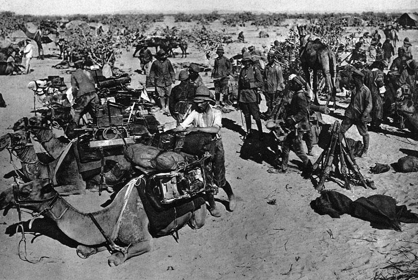 Odziały niemieckie i tureckie na Półwyspie Synaj w 1916 roku. Nieco gorzej niż w Mezopotamii wiodło się państwom centralnym w strefie Kanału Sueskiego. Próby opanowania tej ważnej drogi morskiej w 1915 roku załamały się. Już od wiosny 1916 roku wojska tureckie wspomagał nieliczny, lecz nowocześnie wyposażony niemiecki korpus techniczny. Udział Niemców w walkach na Bliskim Wschodzie zwiększył się znacznie w połowie tego roku, gdy dotarł tam 18-tysięczny korpus ekspedycyjny. Jego kolumna transportowa w czasie marszu przez pustynię składała się z 16 tysięcy wielbłądów.
