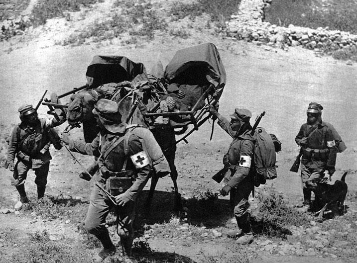 Sanitariusze niemieccy transportują rannych podczas walk w Palestynie. Mimo wielkich wysiłków oddziałom tureckim i niemieckim nie udało się pokonać Anglików nad Kanałem Sueskim. W końcu 1916 roku napastnicy, ponosząc ciężkie straty wyparci zostali na teren Palestyny. W 1917 roku ofensywa brytyjska nadal rozwija się ku północy. W jej efekcie 7 listopada zdobyta została Jaffa, a 9 grudnia - Palestyna. Był to ciężki cios dla Turcji, której władze zwątpiły w sens prowadzenia wojny.