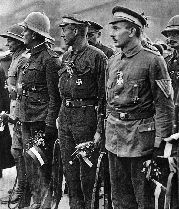 Powrót niemieckich wojsk kolonialnych do Rzeszy. Przez cały okres wojny, z dala od ważniejszych frontów, toczyły się zmagania wokół niemieckich posiadłości w Afryce. Już w sierpniu 1914 roku sprzymierzeni zajęli Togo nad Zatoką Gwinejską, a w lipcu 1915 roku opanowali Niemiecką Afrykę Południowo - Zachodnią. Najcięższe walki toczyły się w Niemieckiej Afryce Wschodniej. W listopadzie 1914 roku Anglicy podjęli próbę desantu w porcie Tanga. Siły inwazyjne, dowodzone przez generała Aitkena przeprowadziły jednak operację nader nieudolnie i napotkały w dodatku na zdecydowany opór Niemców. Obroną Tangi dowodził pułkownik Paul von Lettow-Vorbeck. Nie tylko odparł on atak, ale zadał Anglikom ciężkie straty i zdobył pokaźne ilości sprzętu i uzbrojenia, pozwalające mu na kontynuowanie walki przez następne lata. W listopadzie 1917 roku oddziały niemieckie przeszły na terytorium Portugalskiej Afryki Wschodniej, gdzie prowadziły działania partyzanckie, a nawet organizowały wypady do brytyjskiej Rodezji. Wojska Lettow-Vorbecka poddały się dopiero 25 listopada 1918 roku. Po kapitulacji musiały powrócić do Europy. Na mocy rozejmu z 11 listopada 1918 roku Niemcy traciły swe kolonie w Afryce.