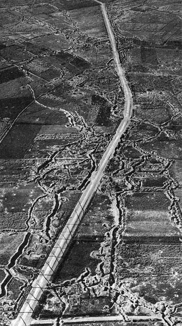 Nie kończące się linie okopów, gdzieś na Froncie Zachodnim. Po załamaniu się niemieckiego planu Schlieffena i odrzuceniu Niemców od przedmieść Paryża, linia frontu ustabilizowała się na blisko cztery lata na pograniczu belgijsko-francuskim. Stojące naprzeciw siebie armie ukryły się w ciągnących setkami kilometrów okopach. Obszar walk z czasem zaczął przypominać krajobraz obcej planety. Monstrualne wstęgi rowów wyrytych w ziemi, systematycznie masakrowanej ogniem artyleryjskim - obraz nie znany dotąd ludzkości stanowił tło dokonującej się masakry.