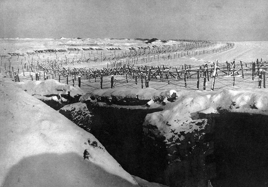 Zima na Froncie Wschodnim. Sytuacja militarna w Europie Środkowo-Wschodniej zmieniała się w toku wojny o wiele szybciej i widoczniej niż na Zachodzie. Podejmowane przez obie strony konfliktu ofensywy powodowały znaczne przesunięcia linii frontu. A jednak i tu walki zamierały na wiele miesięcy, wojna przybierała charakter pozycyjny i wojska musiały egzystować w okopach. Upiornych doświadczeń dostarczyła zwłaszcza zima 1915/1916 r., gdy żołnierze musieli znosić ciężkie mrozy na bezkresnych przestrzeniach imperium Romanowów.