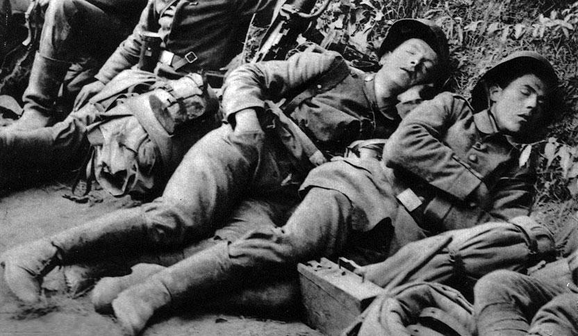 Wycieńczeni, wyczerpani, na granicy ludzkiej wytrzymałości... W okresach nasilonych starć siły człowieka wystawiane były na ciężką próbę. Ci młodzi Niemcy, nie zdjąwszy nawet hełmów, zasnęli natychmiast, gdy było to możliwe. Rytm służby w okopach polegał na trzech - czterech nocach i dniach na pierwszej linii, następnie na spędzeniu takiego samego czasu na drugiej linii i odpoczynku (podobnej długości) w rezerwie. Jedynie w rezerwie możliwe było umycie się i zmiana ubrania.