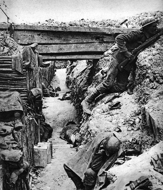 Anglicy w pełnym pogotowiu... Żołnierze śpią - leżąc, siedząc, w hełmach na głowach, z bronią pod ręką. Strażnik lustruje pas ziemi niczyjej z karabinem gotowym do strzału. Wyjęty z pochwy bagnet leży u jego nóg.