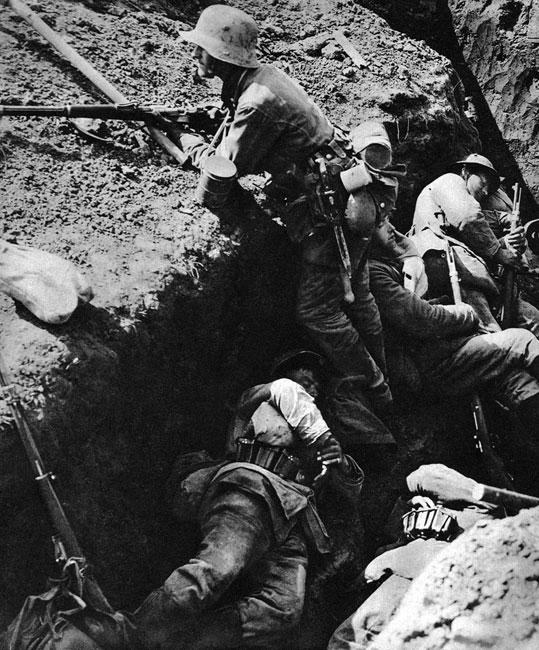 Niemcy w pełnym pogotowiu... Dyżurny obserwator w pełnym rynsztunku - Mauser w dłoniach, maska przeciwgazowa przewieszona przez piersi, na pasie łopatka - saperka, bagnet, manierka, kubek, chlebak. Podobnie obwieszeni są jego śpiący koledzy. Może oczekują na atak, może sami odpoczywają przed jego podjęciem.