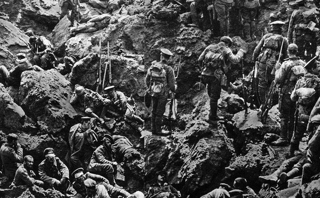 Straszliwa wspólnota losu. Zrujnowane ogniem artyleryjskim okopy niemieckie po zajęciu przez angielskich żołnierzy. Przed chwilą do siebie strzelali i mordowali nawzajem bagnetami. Teraz leżą obok siebie - Niemcy i Anglicy, ranni, cierpliwie oczekujący na pomoc.